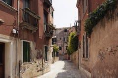 一条狭窄的街道的看法 图库摄影