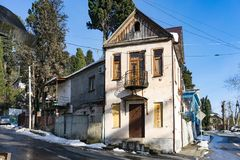 一条狭窄的街道的老房子在清楚的冬天天气 免版税库存图片