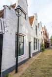 一条狭窄的街道的老房子 免版税库存照片