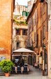 30 04 2016 - 一条狭窄的街道的舒适餐馆在Tivoli镇,在罗马附近 免版税库存图片