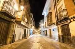 一条狭窄的街道的风景夜视图在古镇2014年12月7日的布里维耶斯卡在布尔戈斯省,西班牙 库存图片