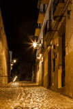 一条狭窄的西班牙街道在晚上 免版税库存图片