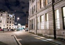 从一条狭窄的车道的看法向特拉法加广场伦敦 库存图片