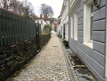 一条狭窄的鹅卵石街道在卑尔根,挪威 库存图片