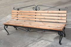 一条现代长凳在公园 免版税库存图片