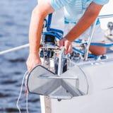 一条现代游艇的水手 免版税库存照片