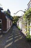 一条田园诗,狭窄的街道在Garnwerd,荷兰 免版税库存照片