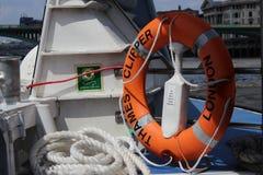 一条白色巡航小船在河 免版税库存照片