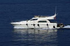 一条白色游艇的特写镜头反对蓝色海的 库存照片