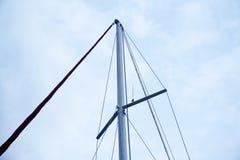 一条白色航行游艇的帆柱反对蓝天的,拷贝空间 免版税图库摄影
