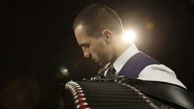一条白色衬衣和灰色领带的手风琴师 股票录像