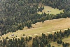 一条白色路的鸟瞰图在一个宽牧场地中的白云岩的ar 免版税图库摄影