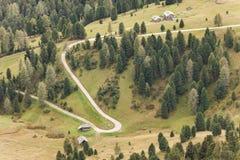 一条白色路的鸟瞰图在一个宽牧场地中的白云岩的ar 库存照片