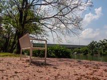 一条白色长凳在公园 库存照片