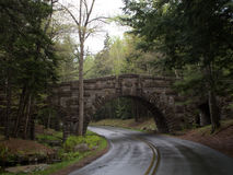 一条石桥梁和车行道在一潮湿的天在阿科底亚国家公园 库存照片