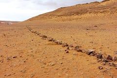 一条石道路在沙漠 免版税库存图片