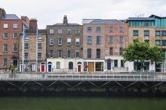 一条码头河的老房子在都伯林的历史中心 库存照片