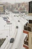一条积雪的街道的顶视图在波摩莱,保加利亚的中心 免版税库存图片