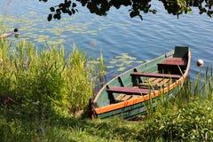 一条空的木小船在河 免版税库存图片