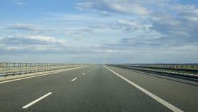一条空的欧洲高速公路在一多云天 免版税库存照片