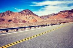 一条空的沙漠路的图片 库存照片