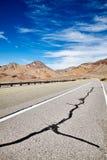 一条空的沙漠路的图片 库存图片