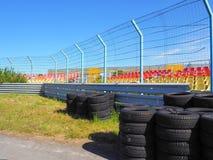 一条空的电路 在跑马场的轮胎 免版税库存照片