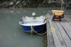 一条简单的小船靠了码头在斯图尔特游艇俱乐部 库存照片