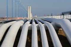 一条管道的底下射击在日落的 管道运输是运输物品多数共同的方式例如石油,天然气或 免版税图库摄影
