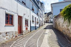 一条精密街道在卡斯特罗波尔,阿斯图里亚斯,西班牙 库存图片