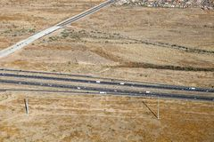一条繁忙的高速公路的一张鸟瞰图在亚利桑那的沙漠 库存照片