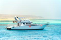 一条红海白色游艇 库存图片
