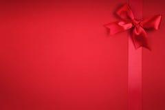 一条红色丝带弓 免版税库存照片