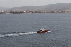 一条红色小船在活动中在达达尼尔海峡 免版税库存图片