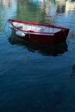 一条红色小船在海 库存照片
