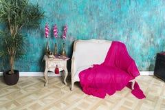 一条红色毯子在长沙发说谎 免版税库存照片