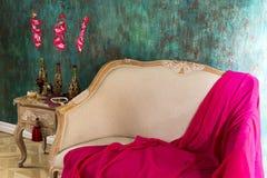 一条红色毯子在长沙发说谎 库存图片