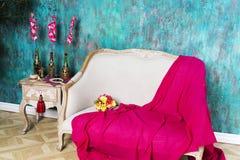 一条红色毯子在长沙发说谎 库存照片