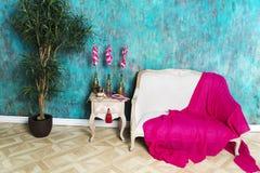 一条红色毯子在长沙发说谎 免版税图库摄影