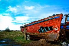 一条红色被击毁的小船的船身 免版税图库摄影