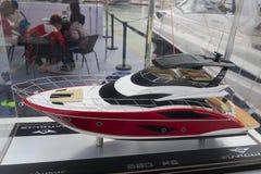 一条红色豪华游艇的模型 免版税库存照片