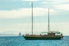 一条绿色游艇的基于 库存图片