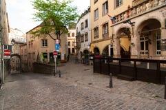 一条美丽如画的狭窄的街道的看法在市卢森堡 库存照片