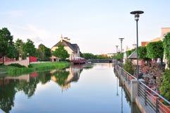 一条美丽的河在村庄 免版税图库摄影