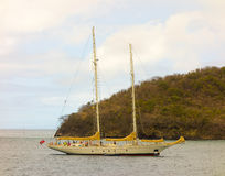 一条美丽的游艇在迎风群岛 免版税库存图片