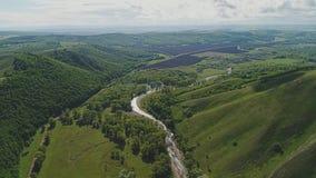 一条美丽的绿色山和山河的全景它的脚的 美丽的未触动过的野生生物 影视素材