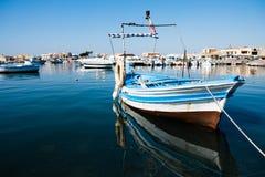 一条美丽的蓝色小船在Marzamemi港口,西西里岛 库存图片