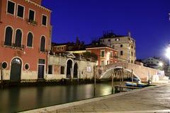 一条美丽的运河在威尼斯 免版税图库摄影