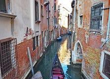 一条美丽的运河在市威尼斯,意大利 库存图片