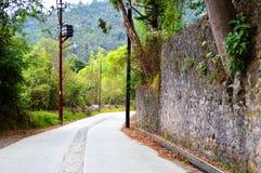 一条美丽的道路在一个小的镇 库存图片